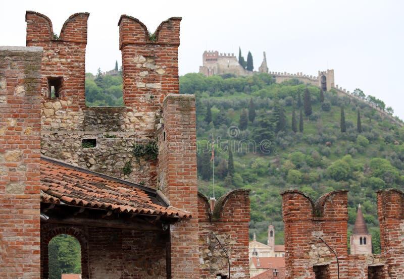 防御与防御和上部城堡的城垛 库存图片