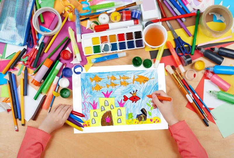 防御在与珍宝的水,与冠,童话,儿童图画,有铅笔绘画图片的顶视图手的国王鱼下 库存例证