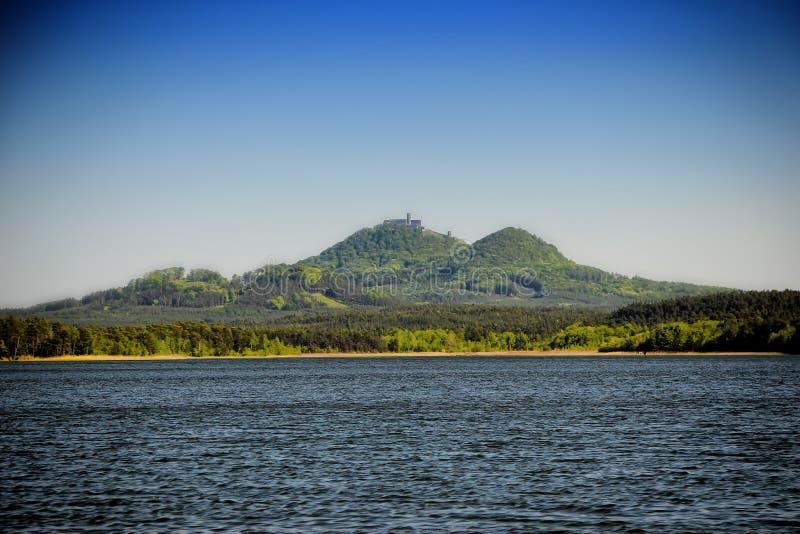 防御在美丽的湖的小山 免版税图库摄影