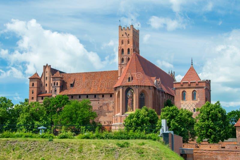 防御庭院欧洲玻璃哥特式最巨大的malbork波兰被弄脏的视图 免版税图库摄影