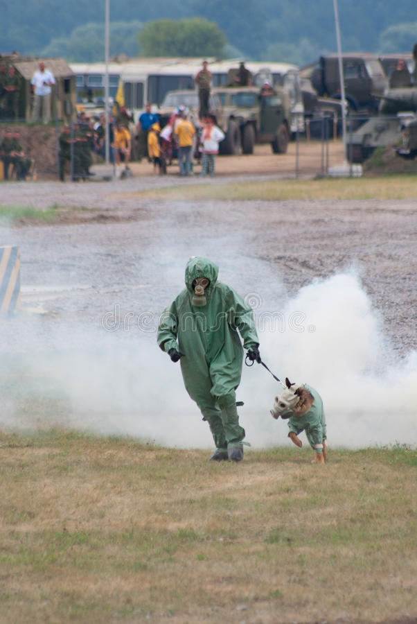 防御狗气体处理程序军人装备 库存照片