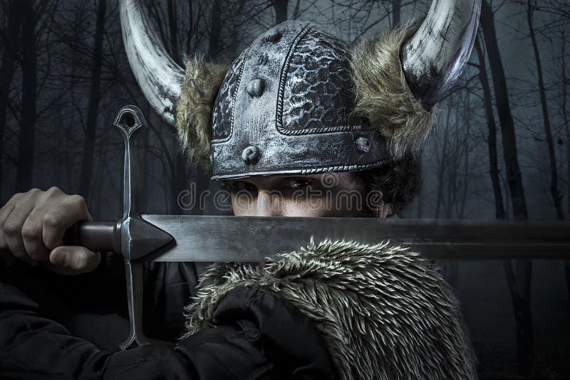 防御,北欧海盗战士,男性在与sw的野蛮样式穿戴了 免版税图库摄影