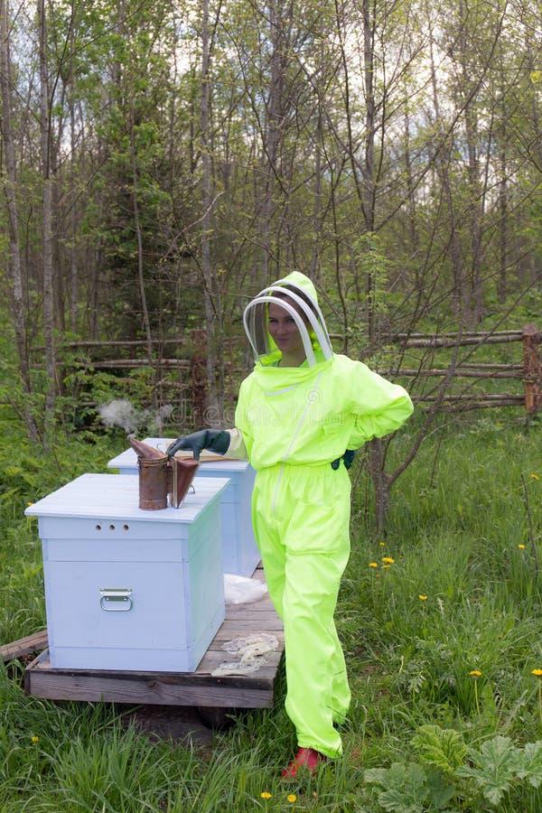 防护套服的蜂农 免版税库存照片