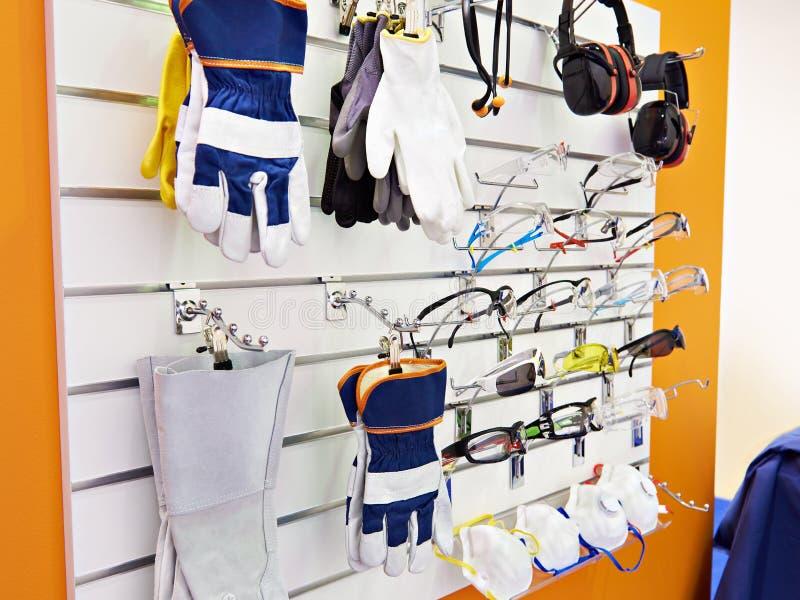 防护眼镜、手套和耳机工作的 图库摄影