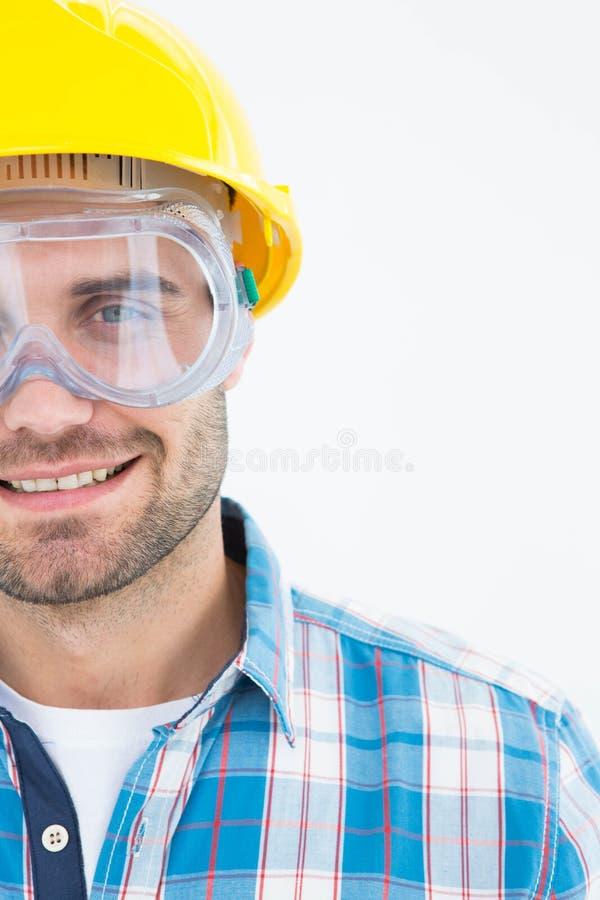 戴防护玻璃和安全帽的安装工 库存图片