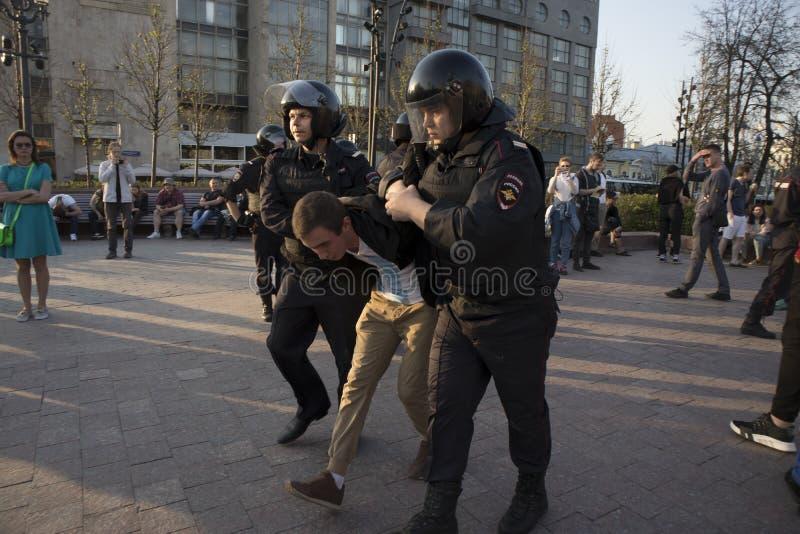 防暴装备的警察在反对抗议期间的普希金广场在弗拉基米尔・普京总统` s inauguratio前召集 免版税图库摄影