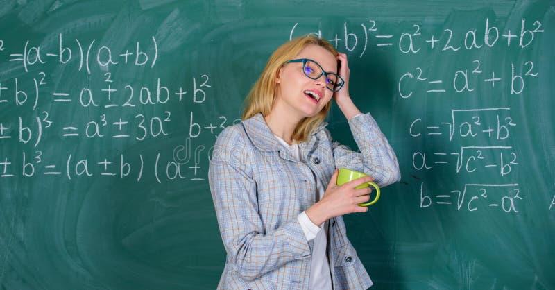 防止烧坏概念 放松时间 老师饮料茶或咖啡和逗留正面 发现时刻放松和停留 库存照片