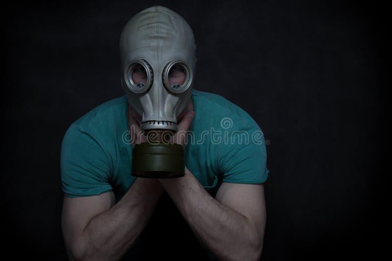 防毒面具的一个人 库存图片