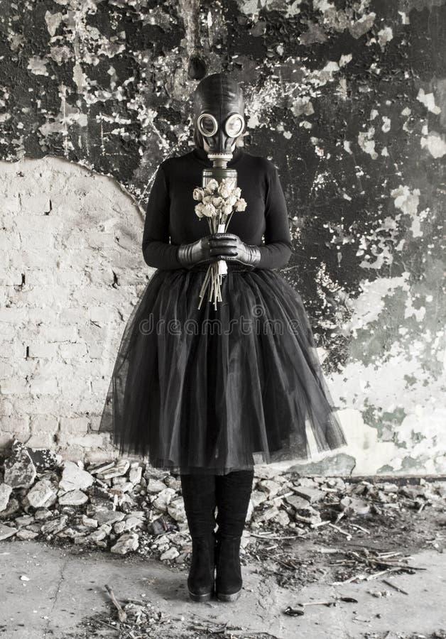 防毒面具的女孩 生态威胁  库存照片