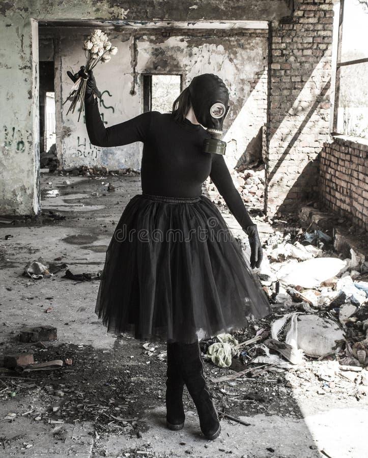 防毒面具的女孩 生态威胁  免版税库存图片