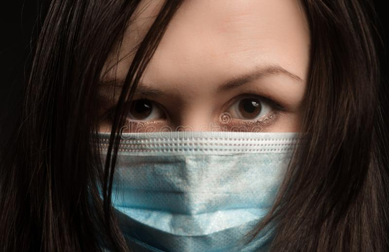 防毒面具的女孩 免版税库存图片