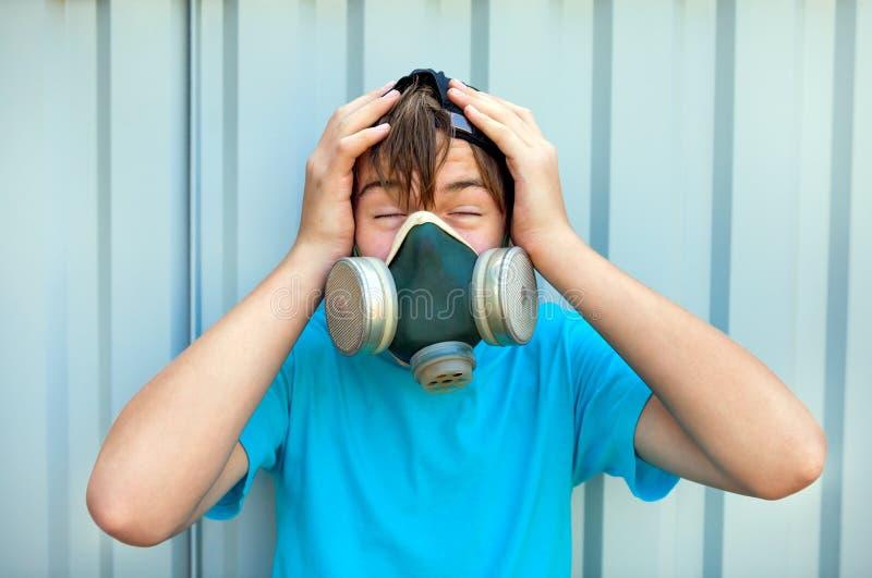 防毒面具的少年 免版税库存图片