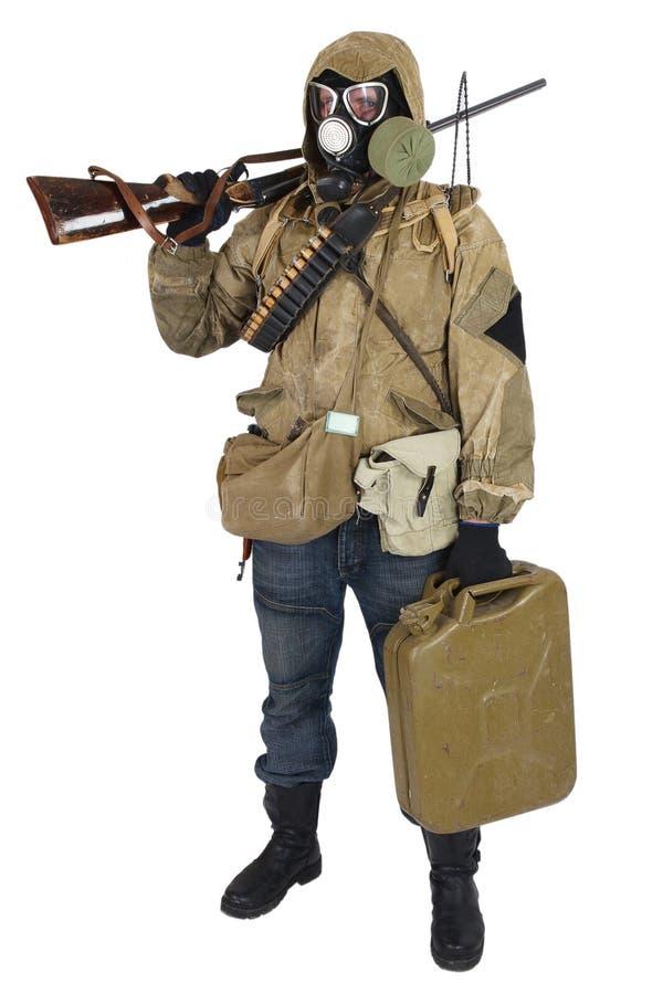 防毒面具的潜随猎物者有武器的 免版税库存图片