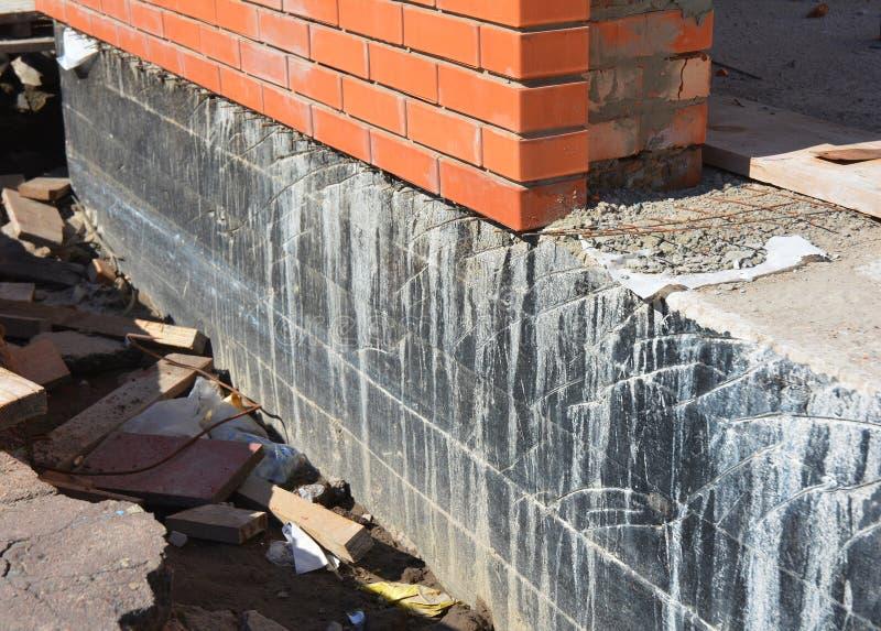防水的基础墙壁 基础防水和Dampproofing涂层 防水的房子基础 图库摄影