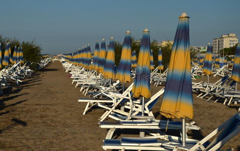 阳伞线在海滩bibione的 库存照片