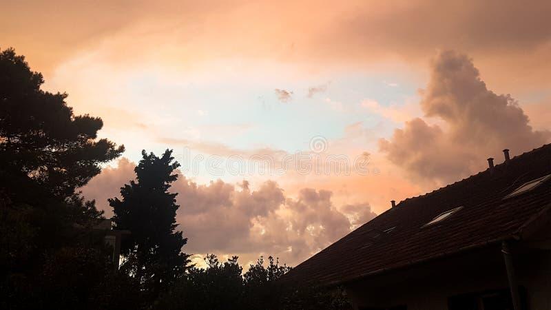 阳光光芒通过云彩 免版税库存图片