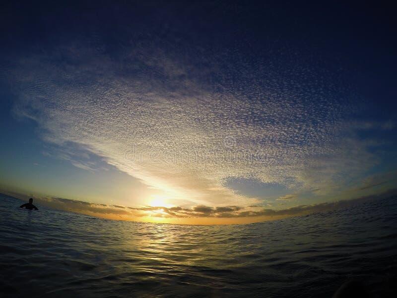 阳光光芒通过海洋 免版税库存照片