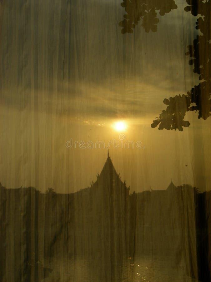阳光反射河沿视图 免版税库存图片