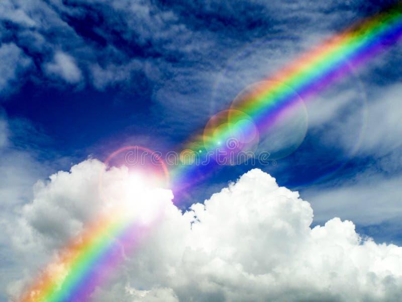 阳光发光在云彩的和彩虹在雨以后下跌 免版税库存图片