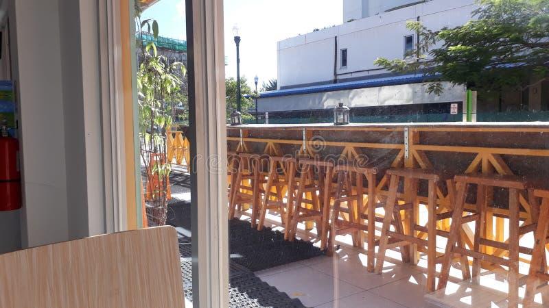 阳光咖啡馆窗口视图 免版税库存照片