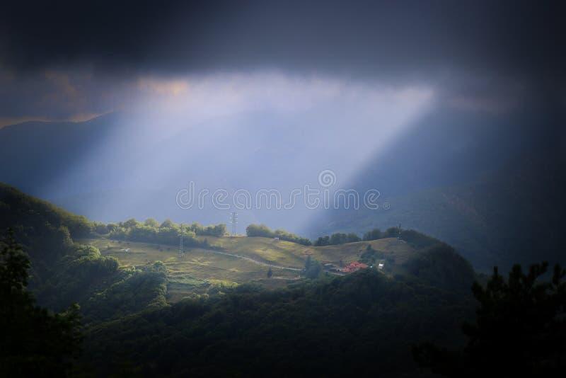 阳光在小山的在Nostra在热那亚附近的夫人della附近瓜迪亚圣所  免版税库存图片