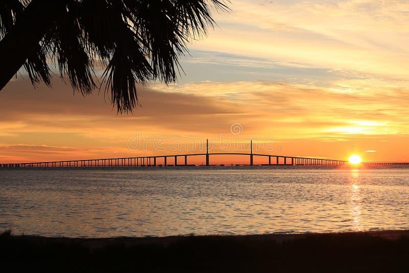 阳光在日出的Skyway桥梁 库存图片