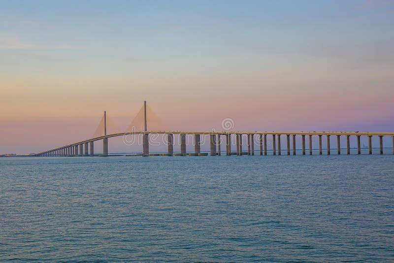 阳光在日落的Skyway桥梁,在桃红色天空 免版税库存图片
