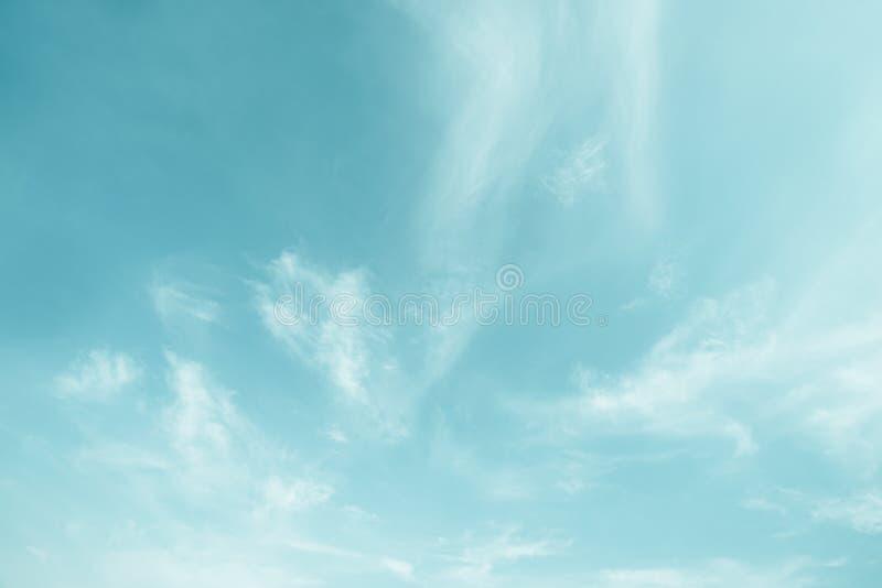 阳光在早晨开放视图窗口美好的夏天春天和平安的自然背景期间被弄脏的云彩天空 库存照片