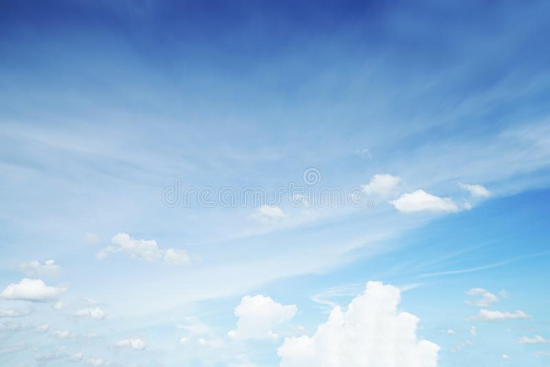 阳光在早晨开放视图窗口美好的夏天春天和平安的自然背景期间被弄脏的云彩天空 库存图片