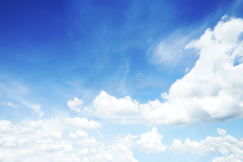 阳光在早晨开放视图窗口美好的夏天春天和平安的自然背景期间被弄脏的云彩天空 免版税库存图片