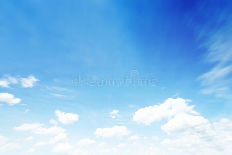 阳光在早晨开放视图窗口美好的夏天春天和平安的自然背景期间被弄脏的云彩天空 免版税图库摄影