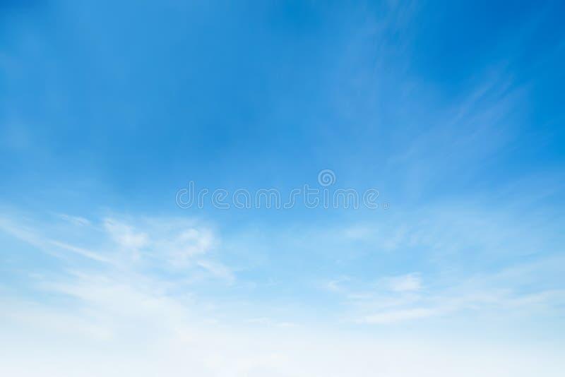 阳光在早晨开放视图窗口美好的夏天春天和平安的自然背景期间被弄脏的云彩天空 图库摄影