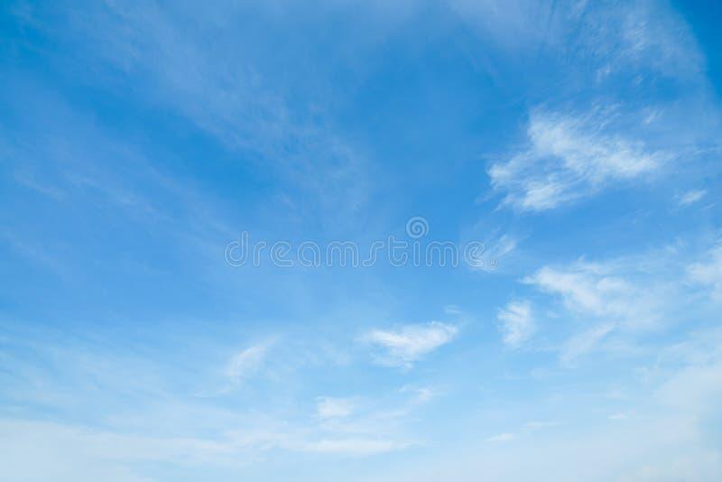 阳光在早晨开放视图窗口美好的夏天春天和平安的自然背景期间被弄脏的云彩天空 免版税库存照片