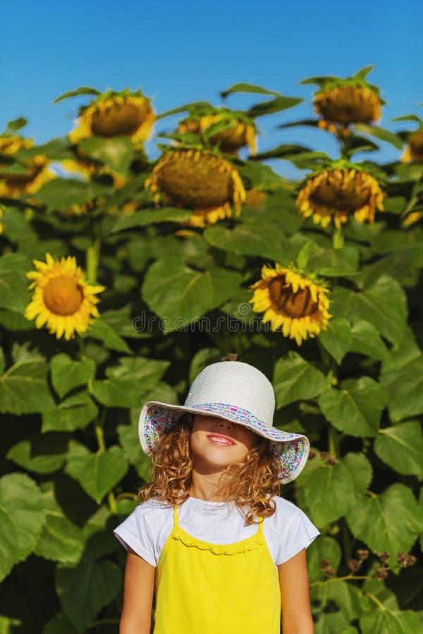 阳光女孩用向日葵 免版税库存照片