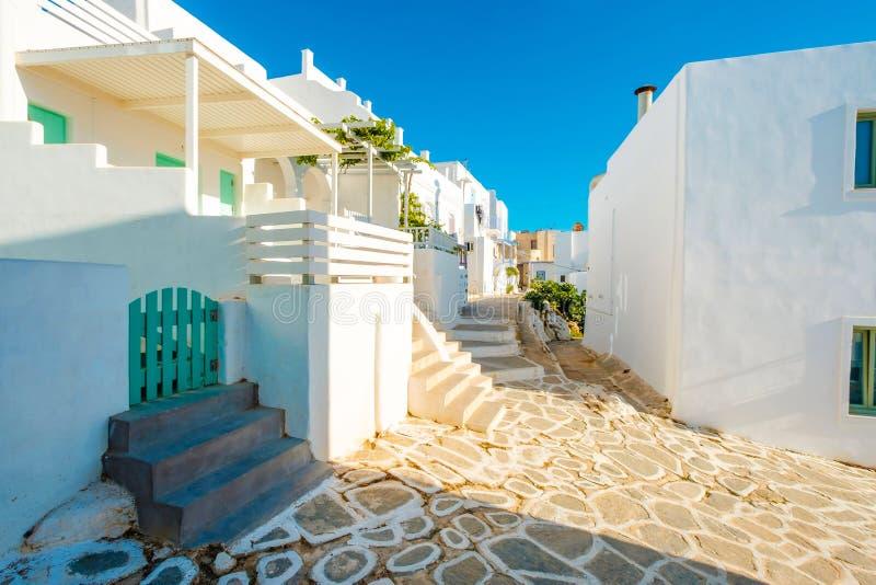 阳光希腊人街道令人激动的侧视图  库存照片