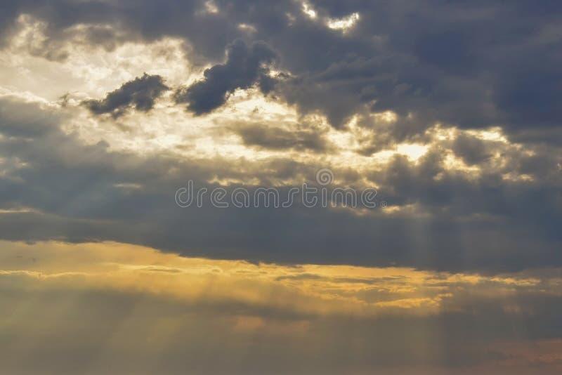阳光断裂通过暴风云 在日落的多云天空 免版税图库摄影