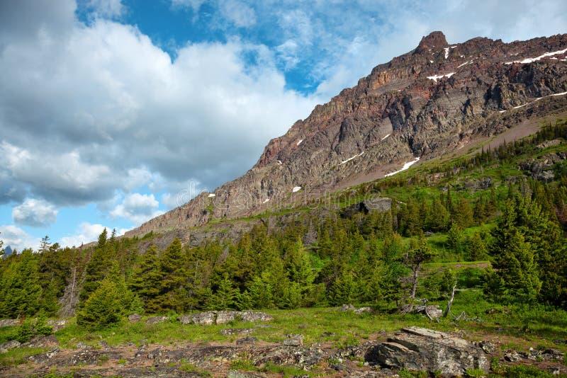 阳光明媚的午后,冰川国家公园的山边 库存照片