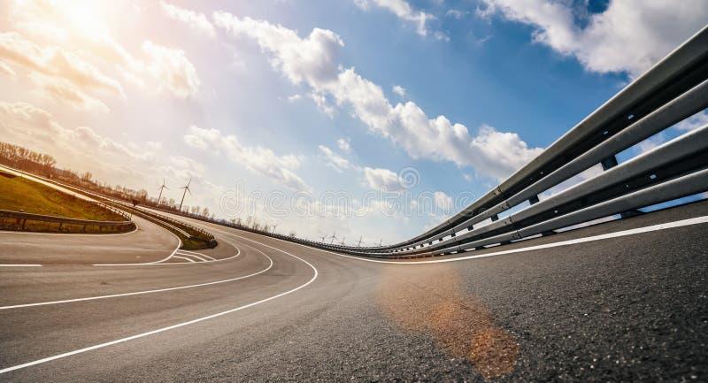 阳光明媚的日子里,赛车/摩托车赛道 库存图片