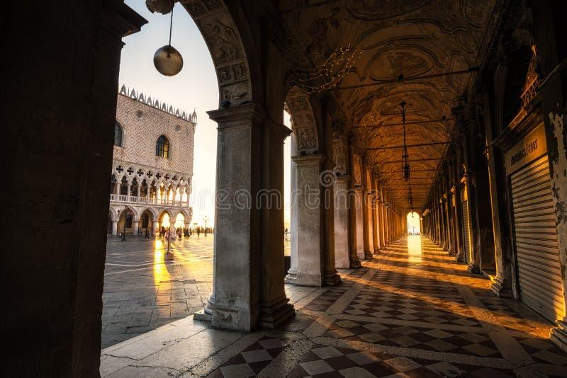 阳光通过专栏在威尼斯 免版税库存图片