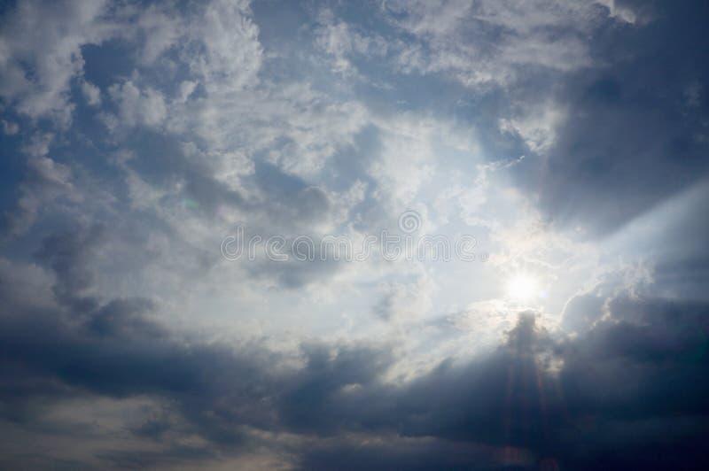 阳光通过云彩 库存照片