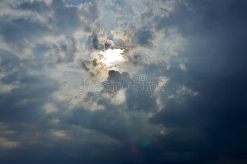 阳光通过云彩 免版税库存照片