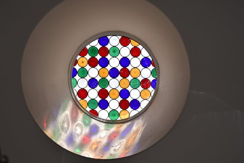 阳光通过五颜六色的彩色玻璃 免版税图库摄影