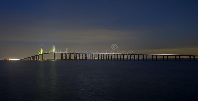 阳光Skyway桥梁在晚上,西边以南斜面 免版税库存照片