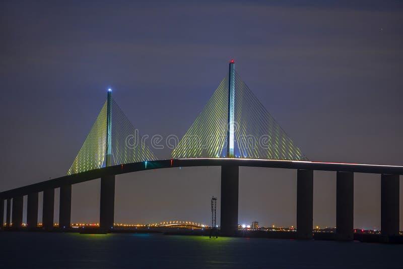阳光Skyway桥梁孪生停止缆绳峰顶在晚上 免版税库存照片