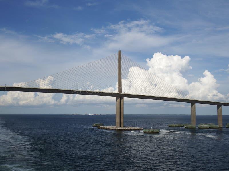 阳光Skyway桥梁,坦帕湾,佛罗里达,在剧烈的云彩的缆绳 库存照片