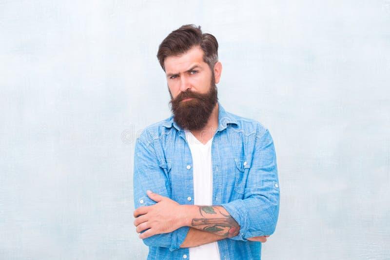 阳刚之气和男性秀丽概念 r 灰色墙壁背景的残酷英俊的行家人 r 免版税库存图片