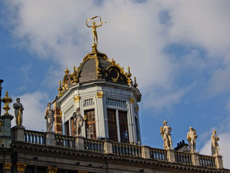 阳台和一点塔在一个历史的协会房子顶部布鲁塞尔的布鲁塞尔大广场摆正 库存图片