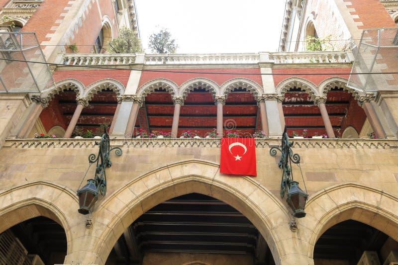 阳台和土耳其旗子在Istambul,土耳其 库存图片