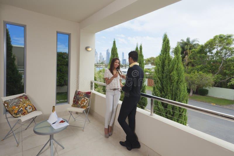 阳台夫妇年轻人 免版税库存图片