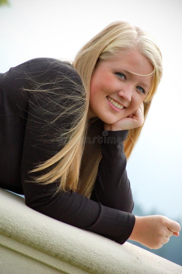 阳台女孩微笑青少年 免版税库存照片